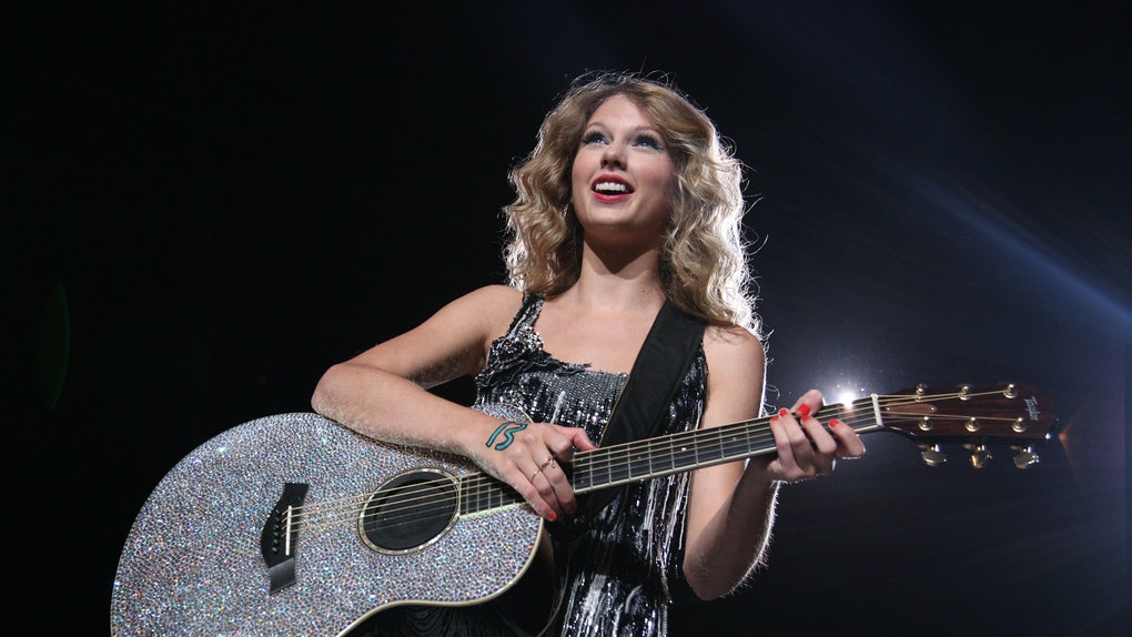 NEW YORK - AUGUST 27: Taylor Swift performs during the Fearless Tour at Madison Square Garden on August 27, 2009 in New York City.  (Photo by Jason Kempin/Getty Images)