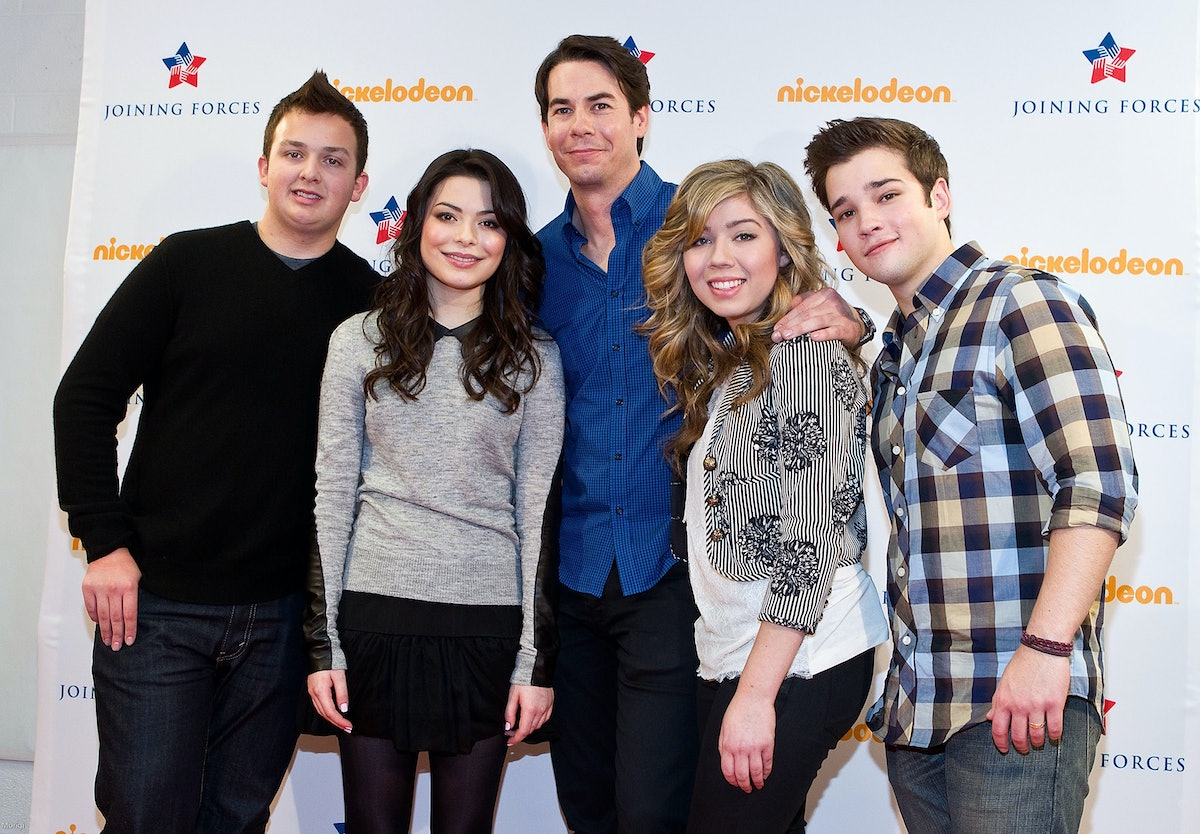 ALEXANDRIA, VA - JANUARY 13:  iCarly cast members Noah Munck,  Miranda Cosgrove, Jerry Trainor, Jeanette McCurdy and Nathan Kress pose for a photo backstage at a special military family screening of Nickelodeon's iCarly: iMeet The First Lady at Hayfield Secondary School on January 13, 2012 in Alexandria, Virginia.  (Photo by Paul Morigi/Getty Images for Nickelodeon)