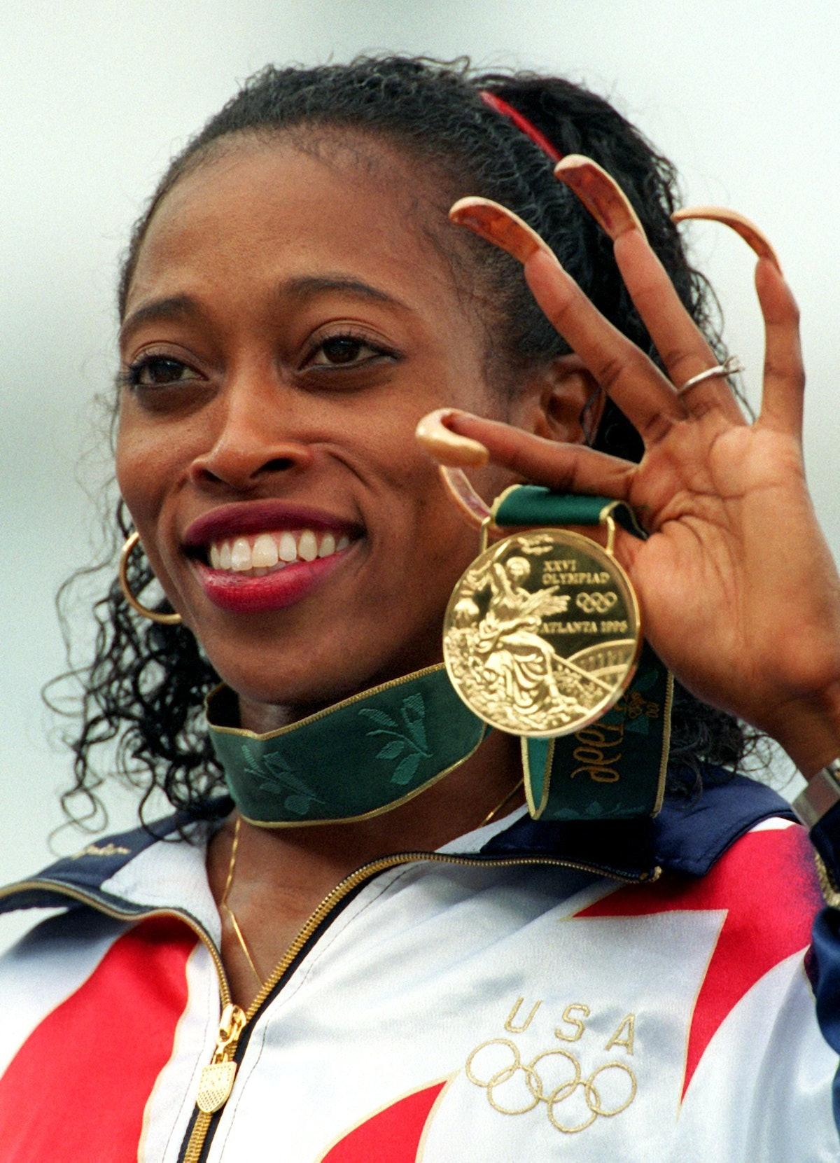 Gold zu Gold: Mit ihren ungewöhnlich langen, goldlackierten Fingernägeln zeigt Gail Devers (USA) am ...