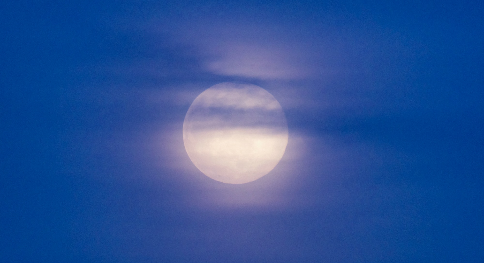 Knowing the dos and don'ts of the May 2021 full moon is important for all zodiac signs.