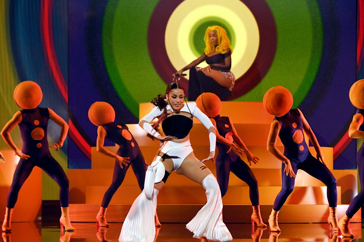 Fans compared Doja Cat and SZA's BBMAs backup dancers to oranges.