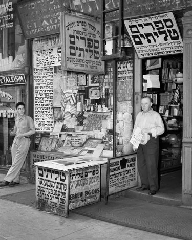 1940s LOWER EAST SIDE SHOP SIGN FOR FLAGS BOOKS BADGES BUTTON IN YIDDISH HEBREW ALPHABET MANHATTAN N...