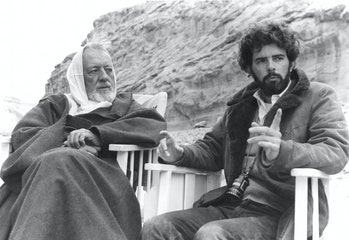 El actor británico Alec Guinness con el director, guionista y productor estadounidense George Lucas en el set de su película Star Wars: Episodio IV - Una nueva esperanza.  (Foto de Sunset Boulevard / Corbis a través de Getty Images)
