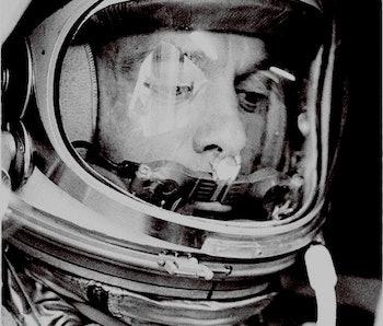 le capitaine américain Alan B. Shepard, officiellement désigné pour effectuer le premier vol spatial...