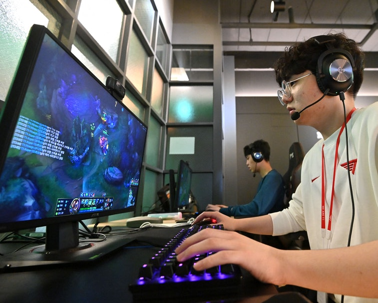 This picture taken on February 25, 2021 shows gamers during their training session at the T1 building, one of the world's top eSports organisations where dozens of professional and budding gamers train, in Seoul. - A Nike-sponsored gym, support staff including nutritionists, and English language classes are all part of the set-up at T1 where around 70 gamers are looking to emulate its highest-profile member, League of Legends giant Faker. - TO GO WITH AFP STORY SKOREA-ESPORTS-TECHNOLOGY-GAME-BUSINESS,FOCUS BY SUNGHEE HWANG (Photo by Jung Yeon-je / AFP) / TO GO WITH AFP STORY SKOREA-ESPORTS-TECHNOLOGY-GAME-BUSINESS,FOCUS BY SUNGHEE HWANG (Photo by JUNG YEON-JE/AFP via Getty Images)