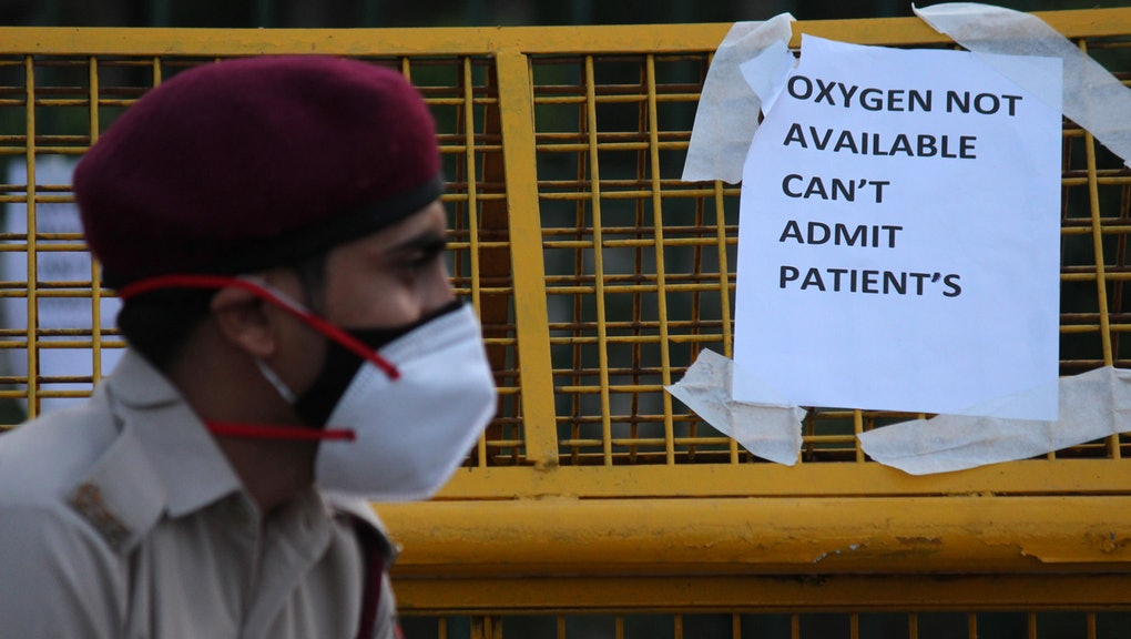A notice pasted outside a makeshift isolation facility reads 'OXYGEN NOT AVAILABLE, CAN'T ADMIT PATIENTS', amidst the rising coronavirus cases in New Delhi, India on April 23, 2021. India recorded 3.3 lakh new Covid-19 cases, and 2,263 deaths in a day. Meanwhile, active cases crossed the 24-lakh mark.  (Photo by Mayank Makhija/NurPhoto via Getty Images)