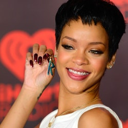 Rihanna is once again sporting her iconic pixie cut from 2012.
