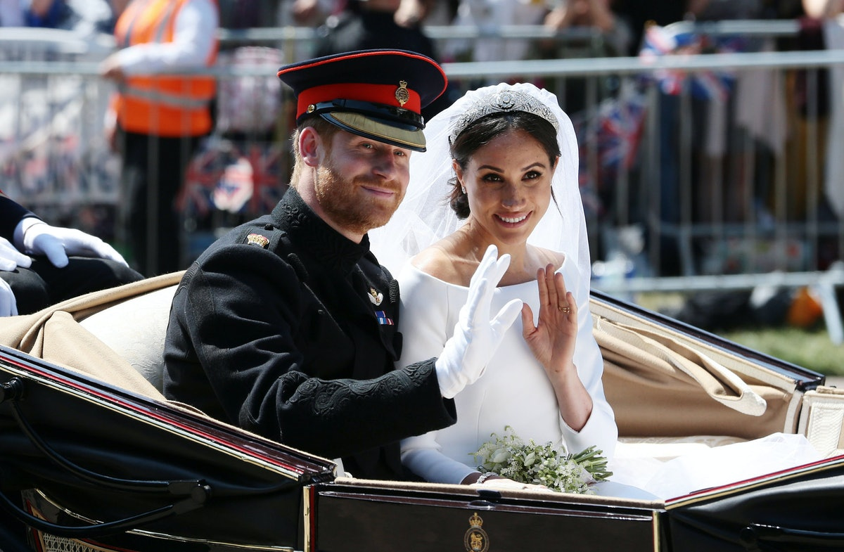 WINDSOR, ENGLAND - MAY 19: (EDITORS NOTE: Retransmission of #960087582 with alternate crop.) Prince Harry, Duke of Sussex and Meghan, Duchess of Sussex wave from the Ascot Landau Carriage during their carriage procession on Castle Hill outside Windsor Castle in Windsor, on May 19, 2018 after their wedding ceremony.  (Photo by Aaron Chown - WPA Pool/Getty Images)