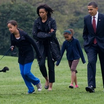 Malia Obama walks her new six-month old Portuguese water dog Bo alongside US President Barack Obama, Sasha Obama and First Lady Michelle Obama on the South Lawn of the White House in Washington, DC, on April 14, 2009. EDS NOTE: Corrects daughter's name.          AFP PHOTO/Saul Loeb (Photo by Saul LOEB / AFP) (Photo by SAUL LOEB/AFP via Getty Images)
