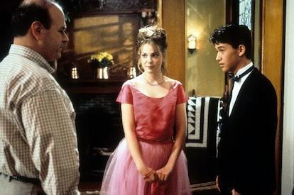 Larry Miller stands before Larisa Oleynik and Joseph Gordon-Levitt in a scene from the film '10 Thin...