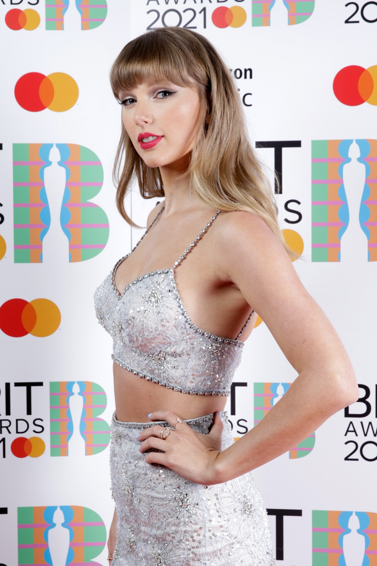 LONDON, ENGLAND - MAY 11: Taylor Swift, winner of the Global Icon award poses in the media room duri...
