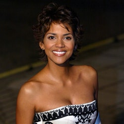 US oscar-winner actress Halle Berry smiles upon arrival, 18 November 2002 for the Premiere of James ...