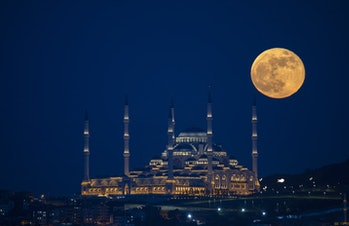 ISTANBUL, TURKEY - MAY 26: Super moon is seen with Camlica Mosque over Istanbul on May 26, 2021. A â...