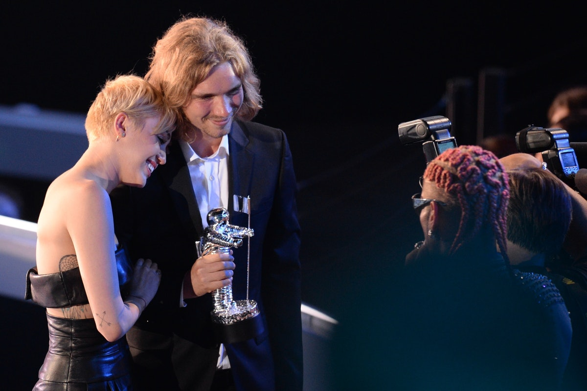 """My Friend's Place representative Jesse accepts Video of the Year with singer Miley Cyrus for """"Wrecking Ball."""""""