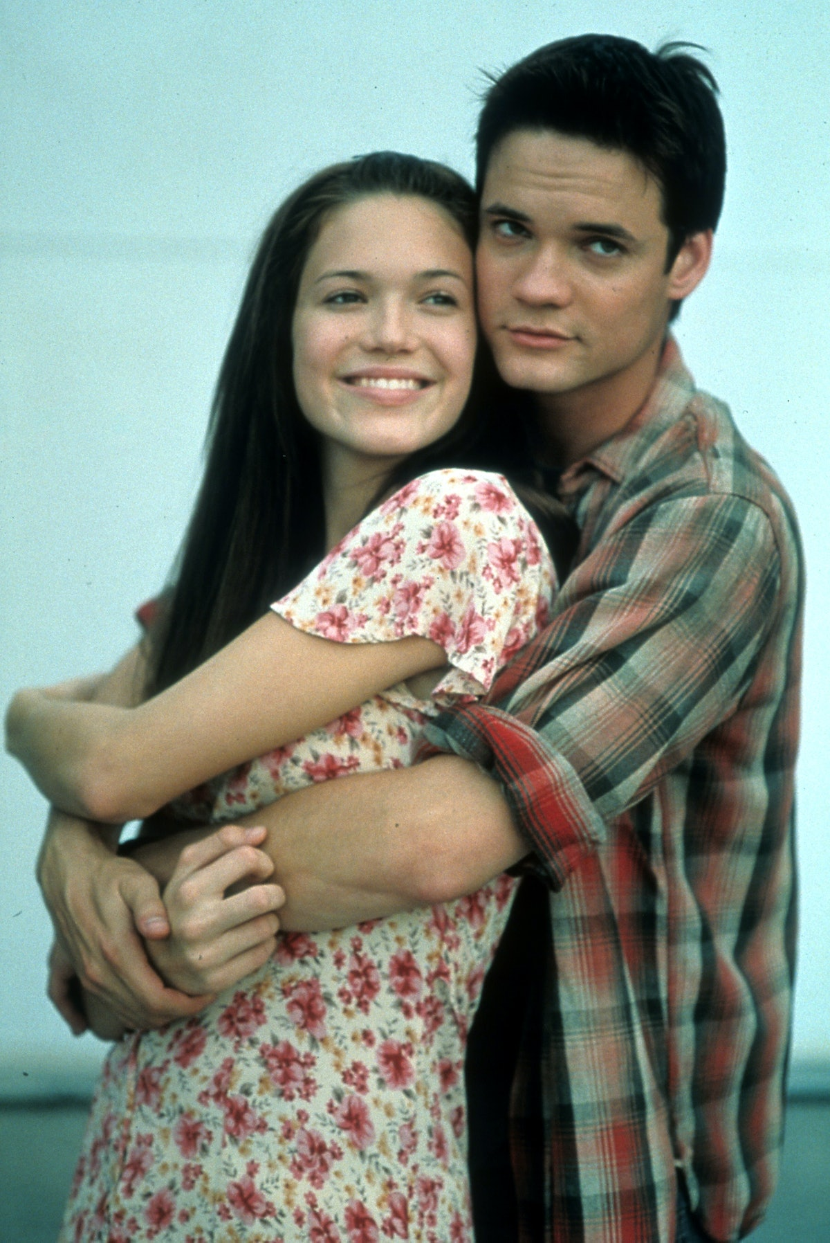 Mandy Moore is held by Shane West in a scene from the film 'A Walk To Remember', 2002. (Photo by Warner Brothers/Getty Images)