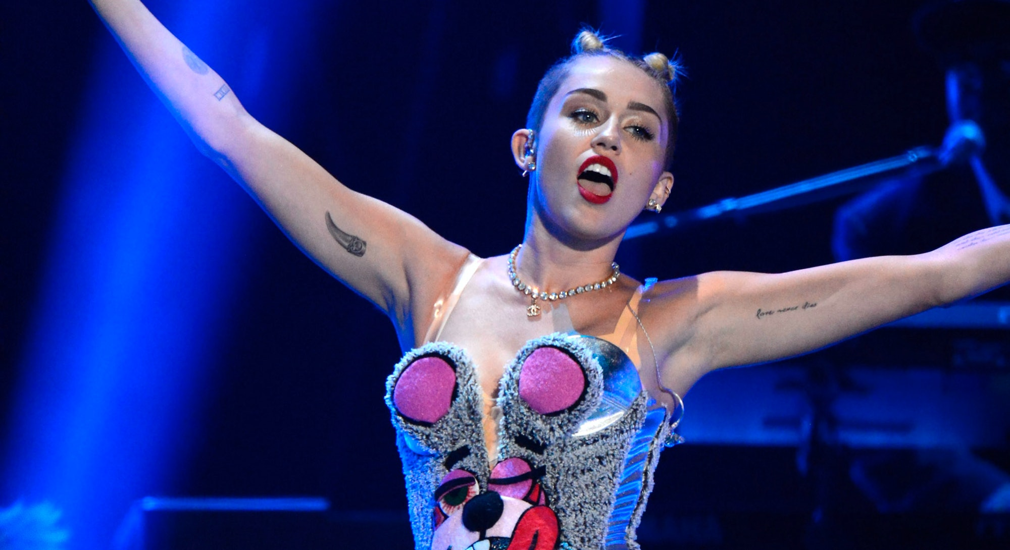Miley Cyrus' 13 Most Jaw-Dropping & Empowering Live Performances. Photo via Kevin Mazur/WireImage/Getty Images