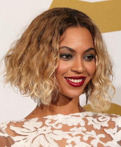 An asymmetrical short cut like Beyoncé'sbob helps balance out the weight of thicker locks.