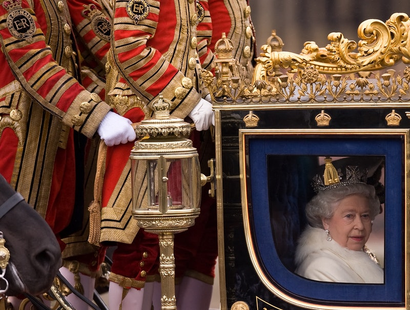 TOPSHOT - Britain's Queen Elizabeth II leaves Buckingham Palace in central London as she heads to the official State Opening of Parliament ceremony at Westminster, on November 18, 2009. AFP PHOTO/Leon Neal (Photo by LEON NEAL / AFP) (Photo by LEON NEAL/AFP via Getty Images)