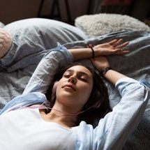 What 7 different dreams about falling really mean, according to experts.