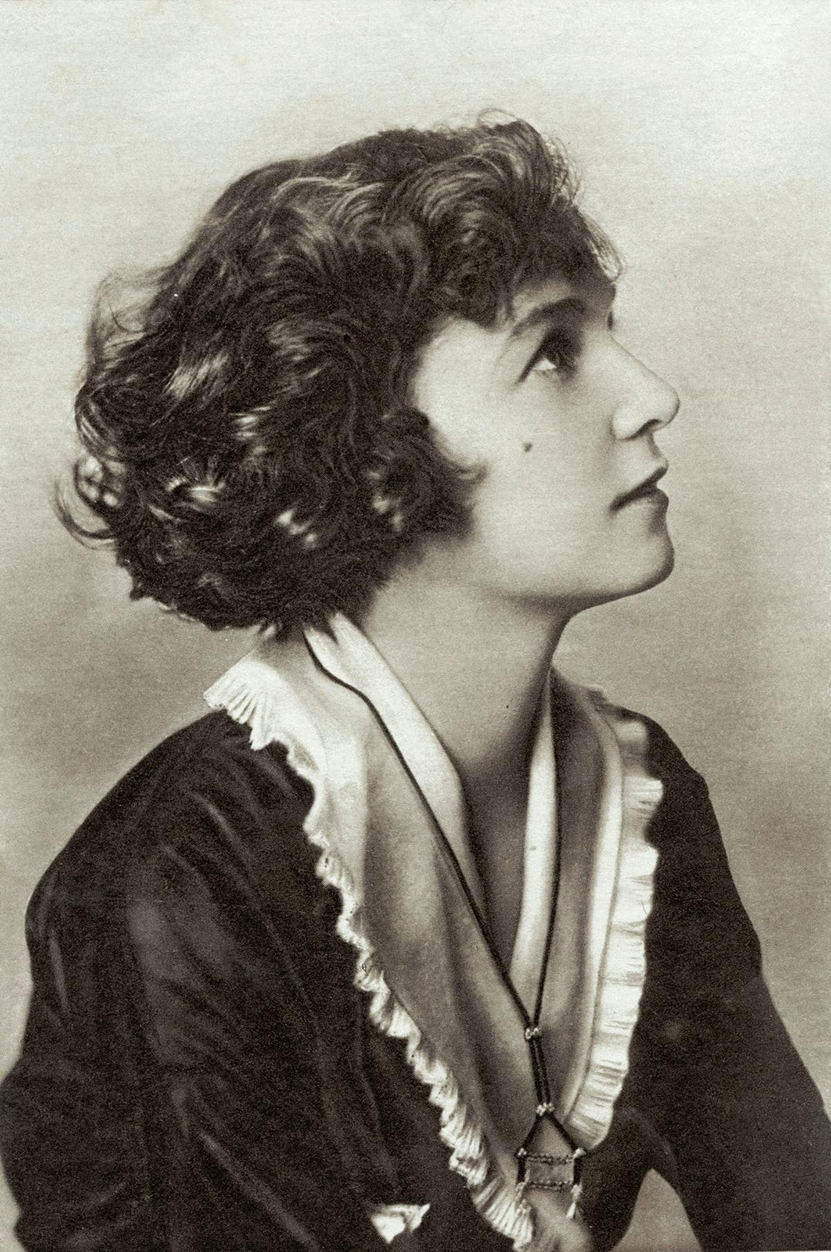 Irene Castle epitomizes the 1920s flapper girl bob.