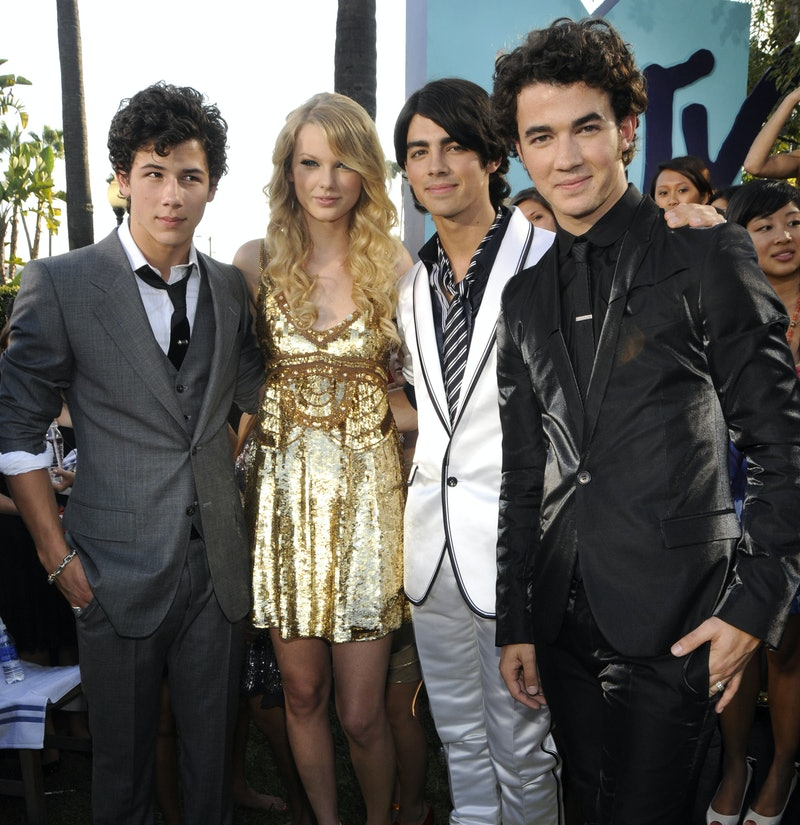 LOS ANGELES, CA - SEPTEMBER 07:  Nick Jonas, Taylor Swift, Joe Jonas and Kevin Jonas arrives on the red carpet of the 2008 MTV Video Music Awards at Paramount Pictures Studios on September 7, 2008 in Los Angeles, California.  (Photo by Kevin Mazur/WireImage)