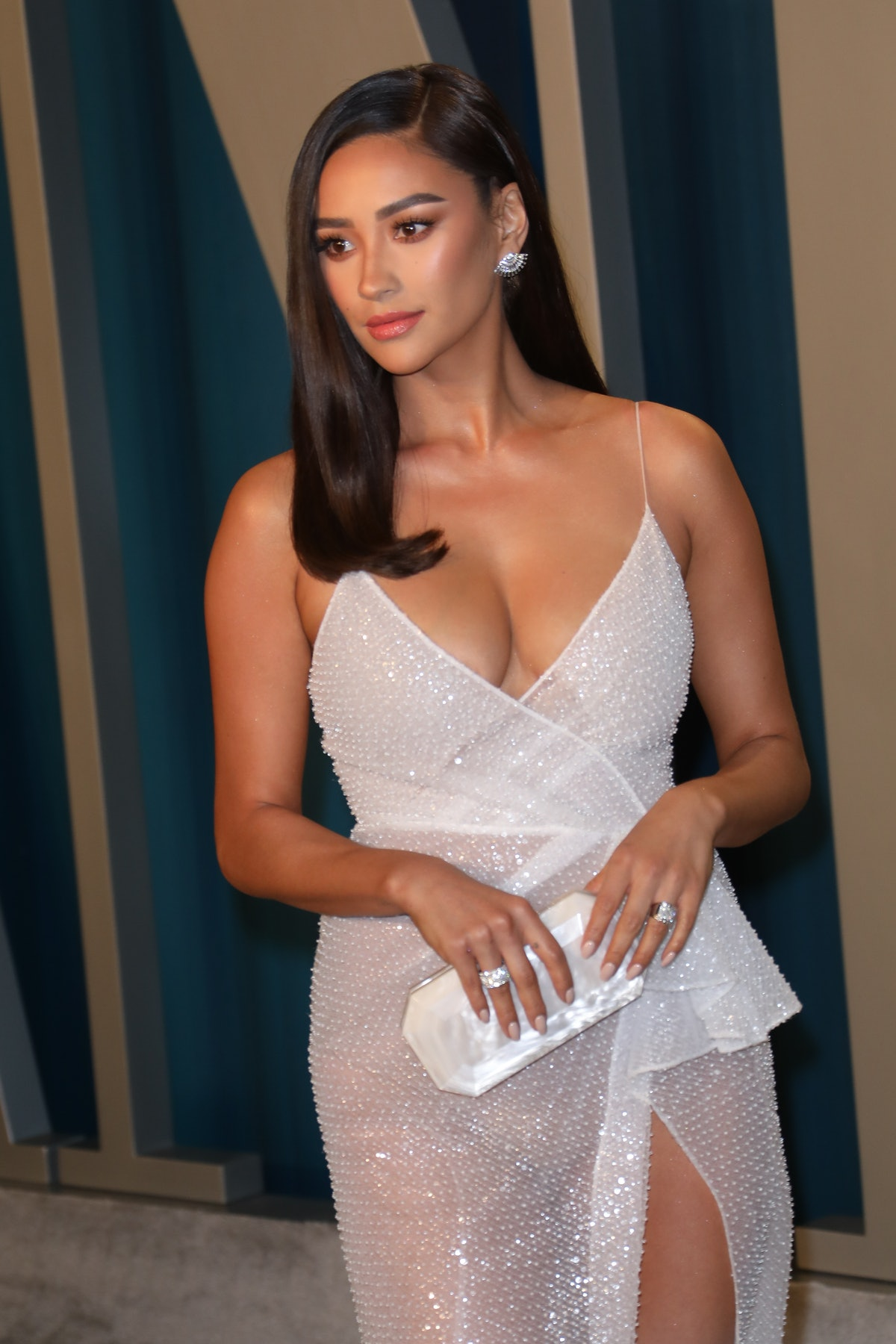 BEVERLY HILLS, CALIFORNIA - FEBRUARY 09: Shay Mitchell attends the 2020 Vanity Fair Oscar Party at Wallis Annenberg Center for the Performing Arts on February 09, 2020 in Beverly Hills, California. (Photo by Toni Anne Barson/WireImage)