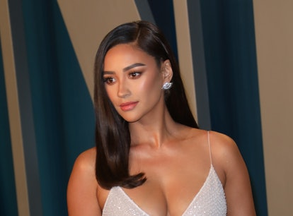 BEVERLY HILLS, CALIFORNIA - FEBRUARY 09: Shay Mitchell attends the 2020 Vanity Fair Oscar Party at W...