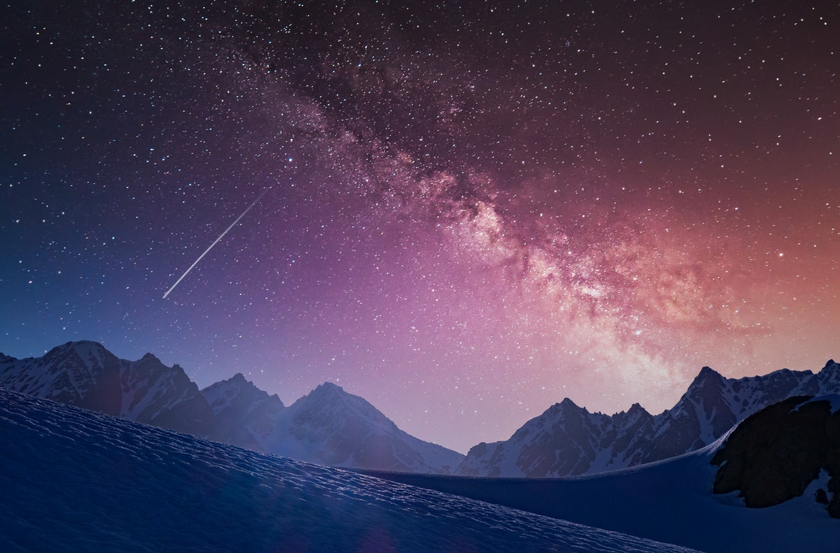 A shooting star across the galaxy, showing what planets are retrograde August 2021.