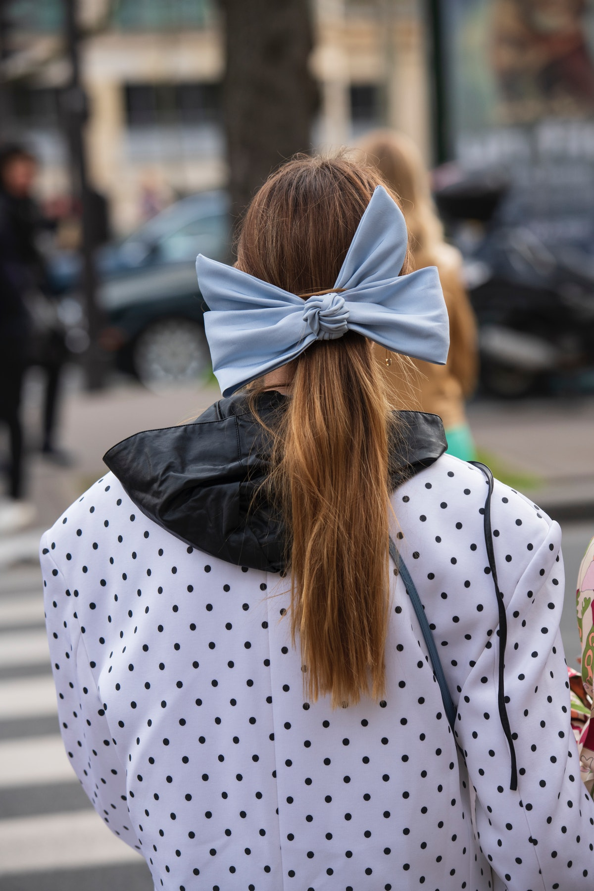 A digital social media influencer wears a large light blue hair bow, one of 2021's biggest hair trends