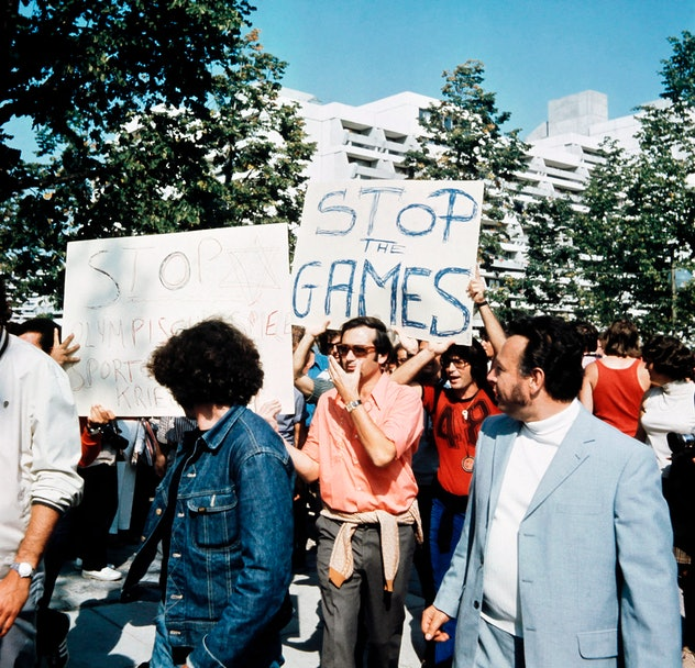 Israeli people demonstrate to stop the Olympic games, on September 06, 1972 in Munich, after the hos...