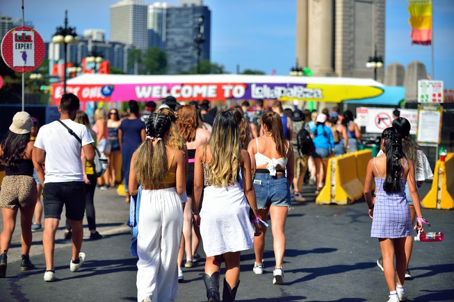 Chicago, Illinois, USA. Young adults and teens flocking to Lollapalooza the annual four-day music fe...