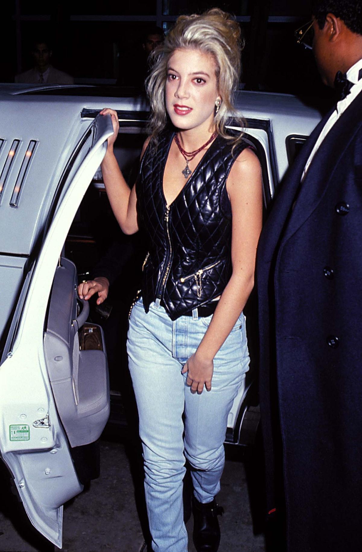 Tori Spelling  in jeans