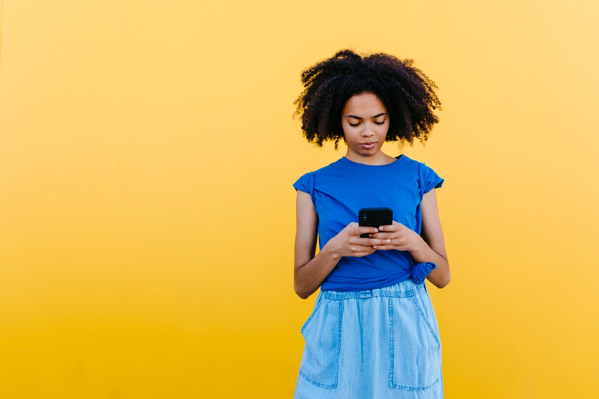 Here's how long you should wait before texting your date.