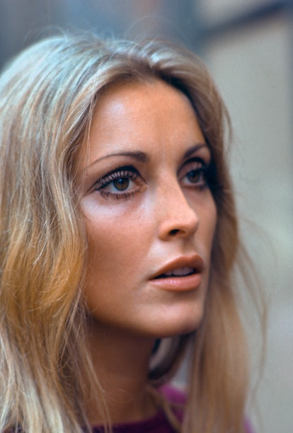 Sharon Tate sports bold and graphic 60s-style eyeliner while visiting a movie set.