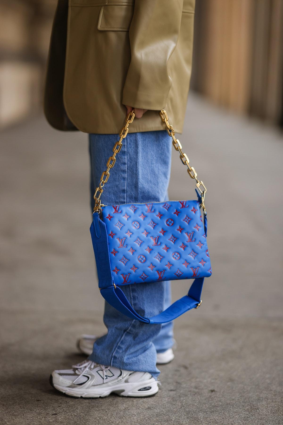 Sonia Lyson wearing New Balance sneakers, Pull & Bear blue baggy jeans, beige 12 Storeez leather bla...
