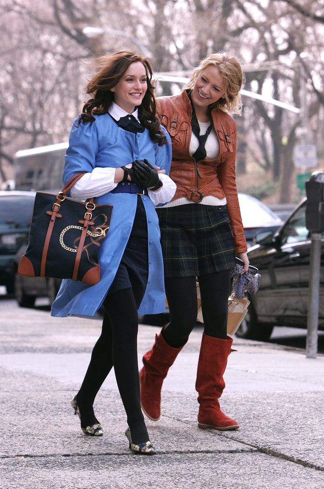 """NEW YORK - MARCH 14:  Actresses Leighton Meester and Blake Lively on location for """"Gossip Girl"""" on M..."""