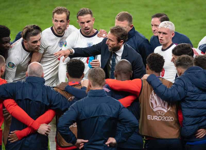 LONDON, ENGLAND - JULY 07: England manager Gareth Southgate talks to his players during the half time break of extra time during the UEFA Euro 2020 Championship Semi-final match between England and Denmark at Wembley Stadium on July 07, 2021 in London, England. (Photo by Visionhaus/Getty Images)