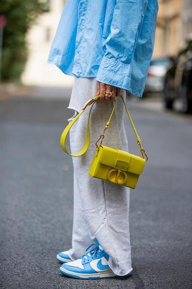 BERLIN, ALLEMAGNE - 07 AOT: Sonia Lyson porte un pantalon de jogging déchiré Zara, une chemise à boutons bleus...