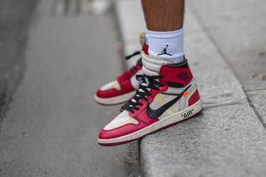 PARIS, FRANCE - 23 JUIN : Marc Forne porte des chaussettes Air Jordan côtelées blanches de Nike, noir/blanc et...