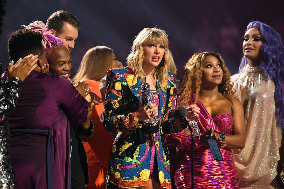 NEWARK, NEW JERSEY - AUGUST 26: Taylor Swift receives 'Video of the Year Award' onstage during the 2...