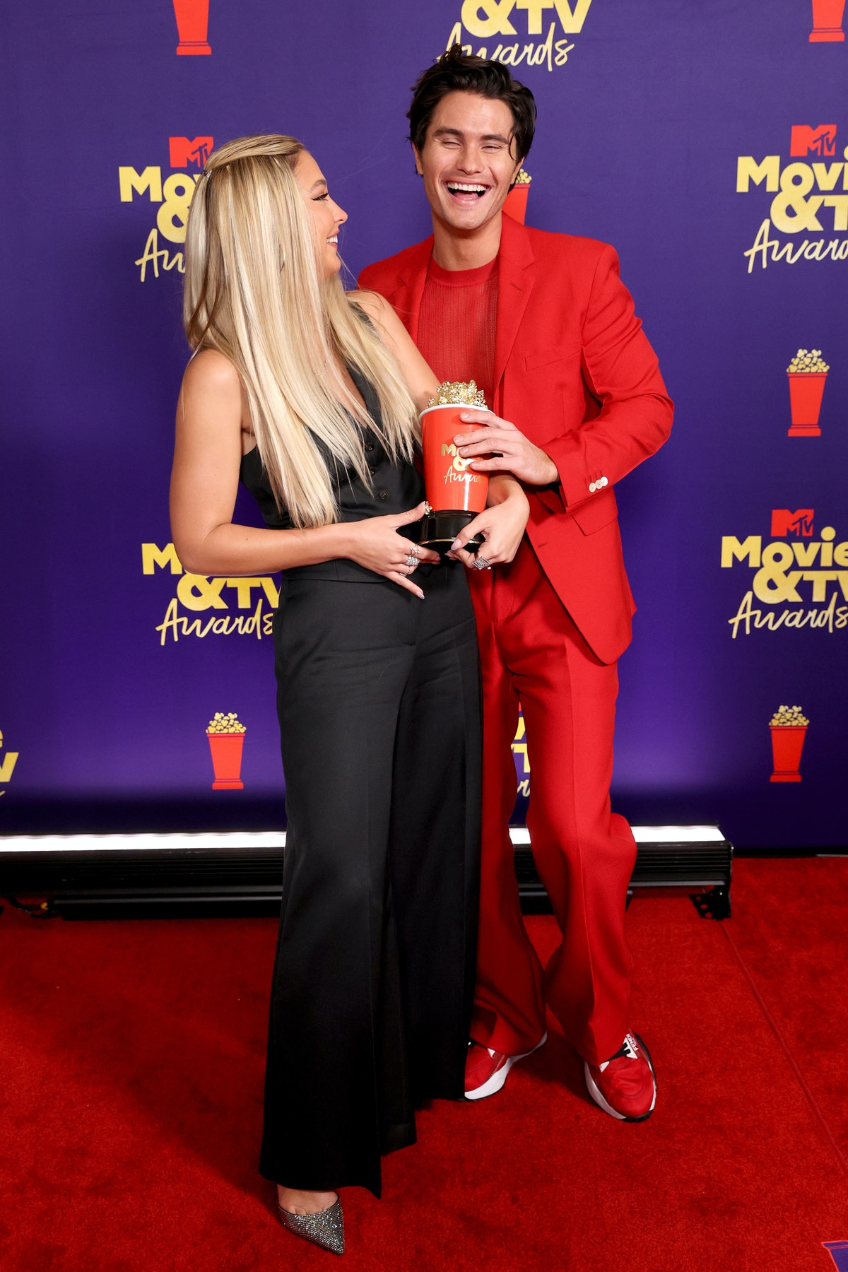 LOS ANGELES, CALIFORNIA - MAY 16: (L-R) Madelyn Cline and Chase Stokes, winners of the Best Kiss awa...