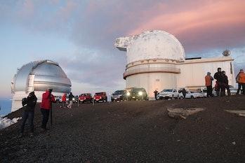 La cumbre de Mauna Kea, un volcán inactivo en la Isla Grande de Hawái, es una atracción popular ...