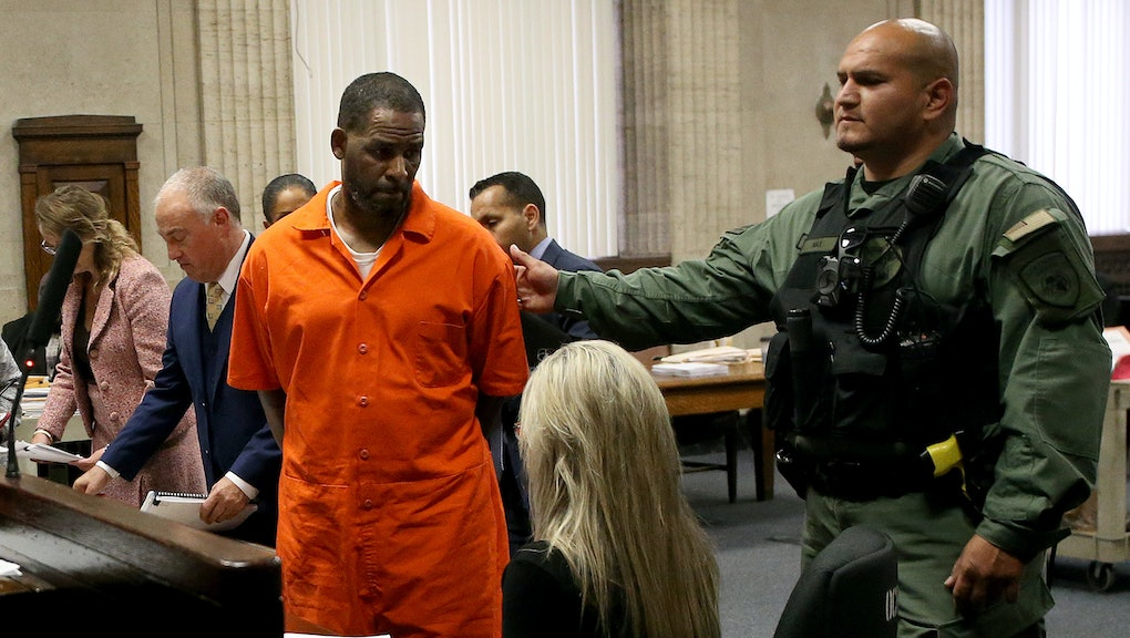 CHICAGO, IL -  SEPTEMBER 17:  Singer R. Kelly turns to leave after appearing at a hearing at the Lei...