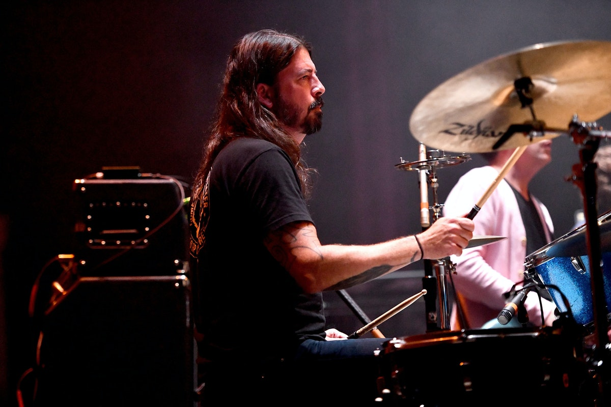 LOS ANGELES, CA - NOVEMBER 01:  Musician Dave Grohl of Foo Fighters performs onstage as guest drumme...