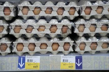 モスクワ、ロシア -  2021年5月18日:モスクワ北西部のLenta大型スーパーマーケットで卵販売。 アントン11月に...