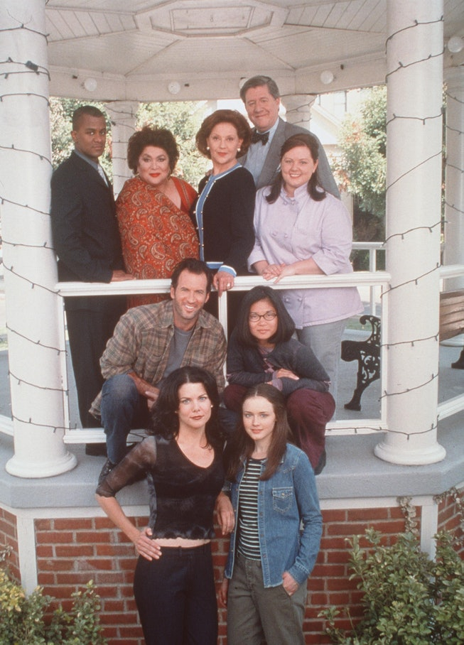 """370100 07: The cast from Warner Bros. TV series """"The Gilmore Girls."""" (Photo by Warner Bros./Delivere..."""