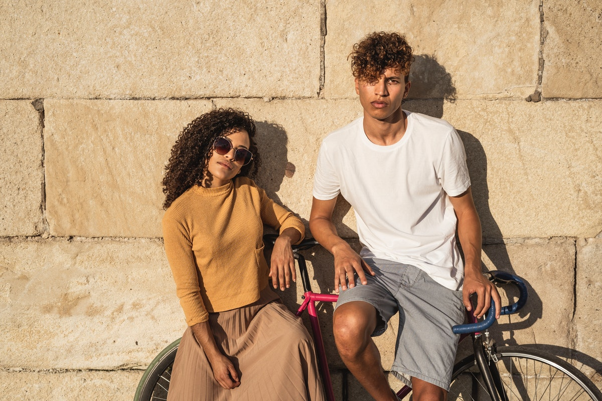 A couple with Aries-Virgo compatibility hang out.
