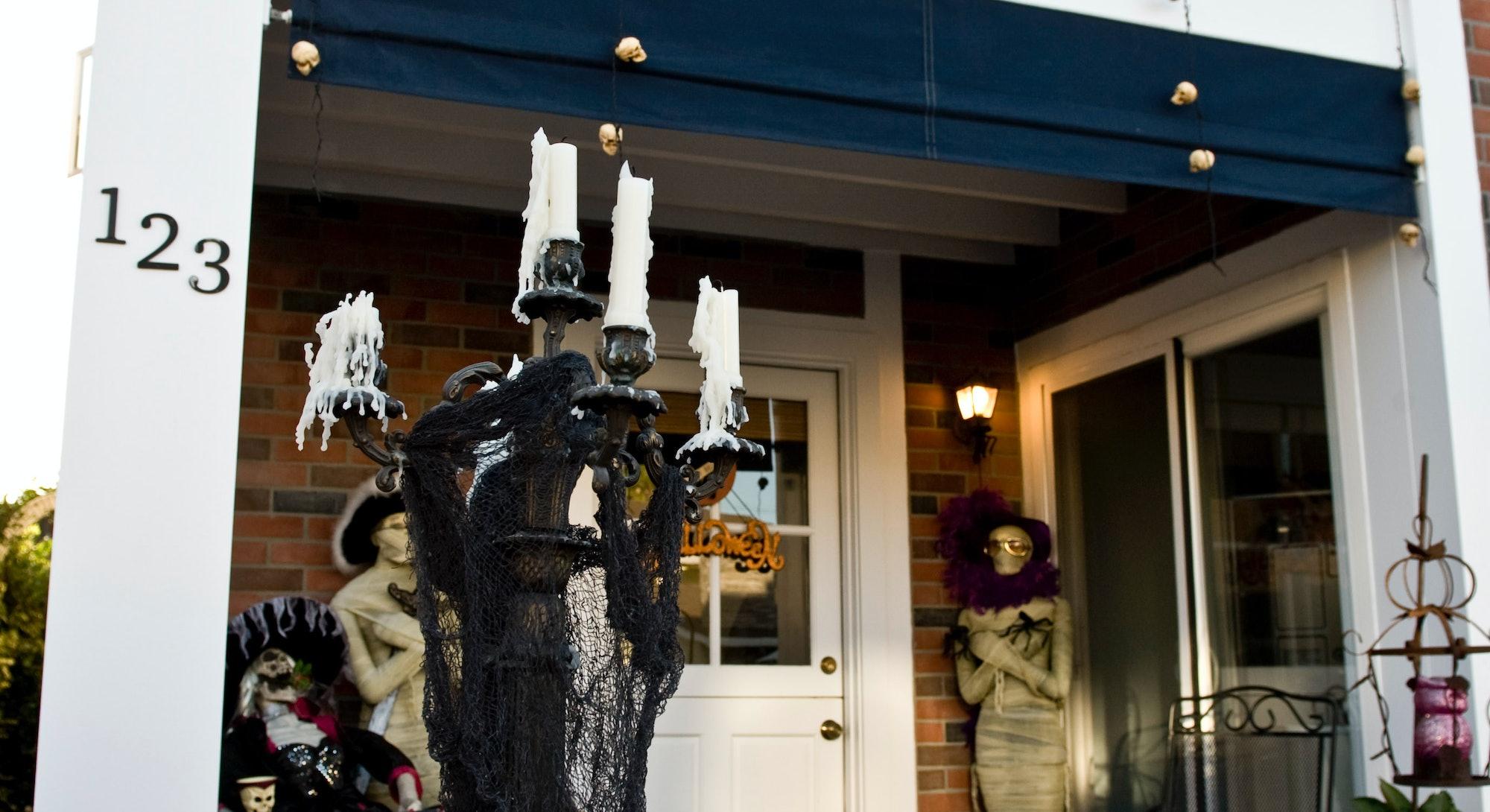COSTA MESA, CA - OCTOBER 18: The Halloween decorations at the Balboa Island home of Donna Hood locat...