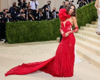 NEW YORK, NEW YORK - SEPTEMBER 13: Emily Ratajkowski attends The 2021 Met Gala Celebrating In Americ...