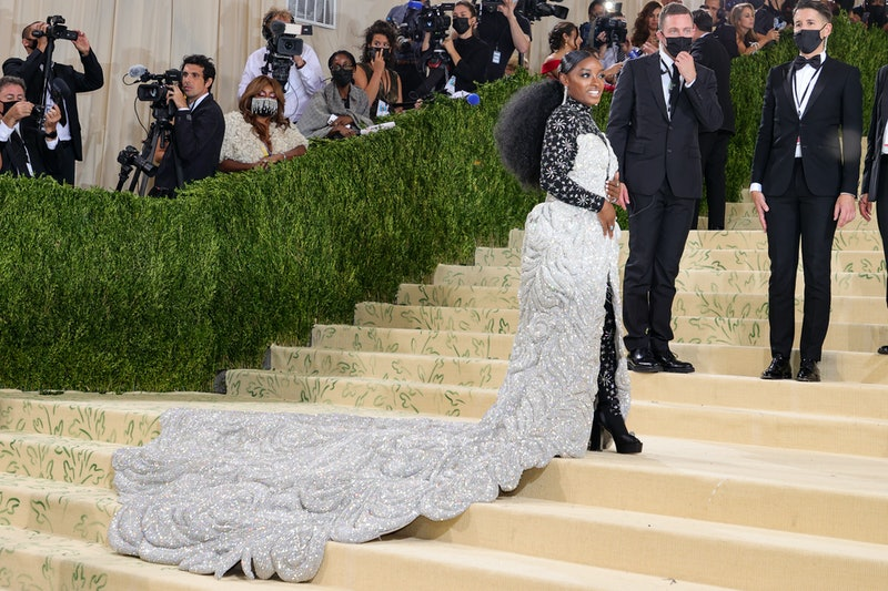 Simone Biles' Met Gala 2021 look weighs 88 pounds and needed to be carried up the red carpet steps.